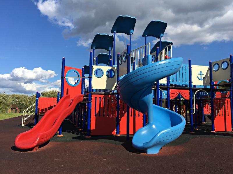 Завершающий этап благоустройства детских площадок начался в Кленовском