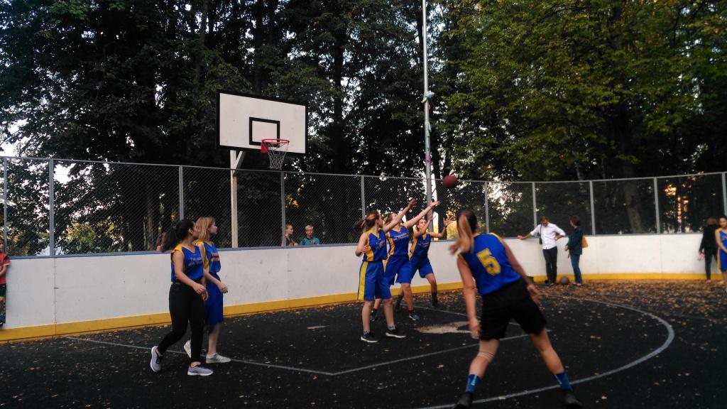 Активисты Троицка организовали соревнование по стритболу