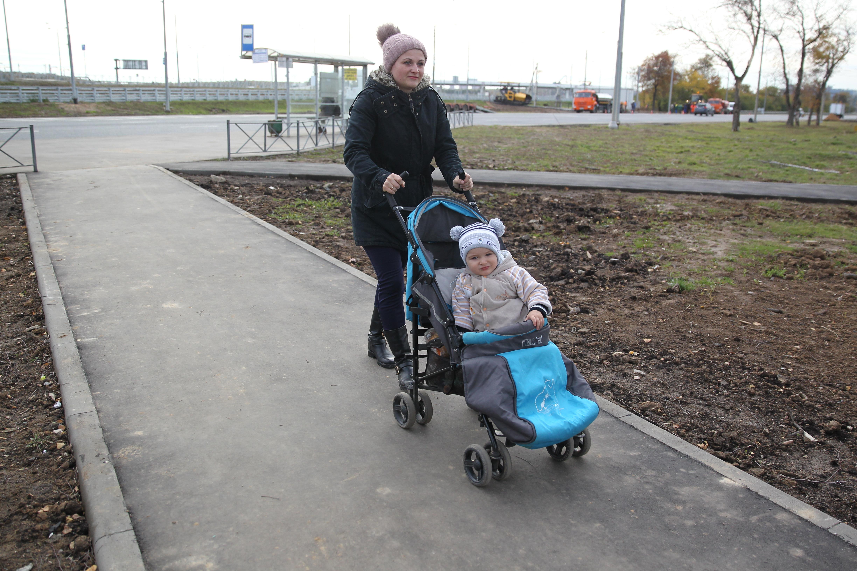10 октября 2018 года. Сосенское. ВАлентина Топчук идет с сыном Владиславом по новой пешеходной дорожке. Фото: Владимир Смоляков