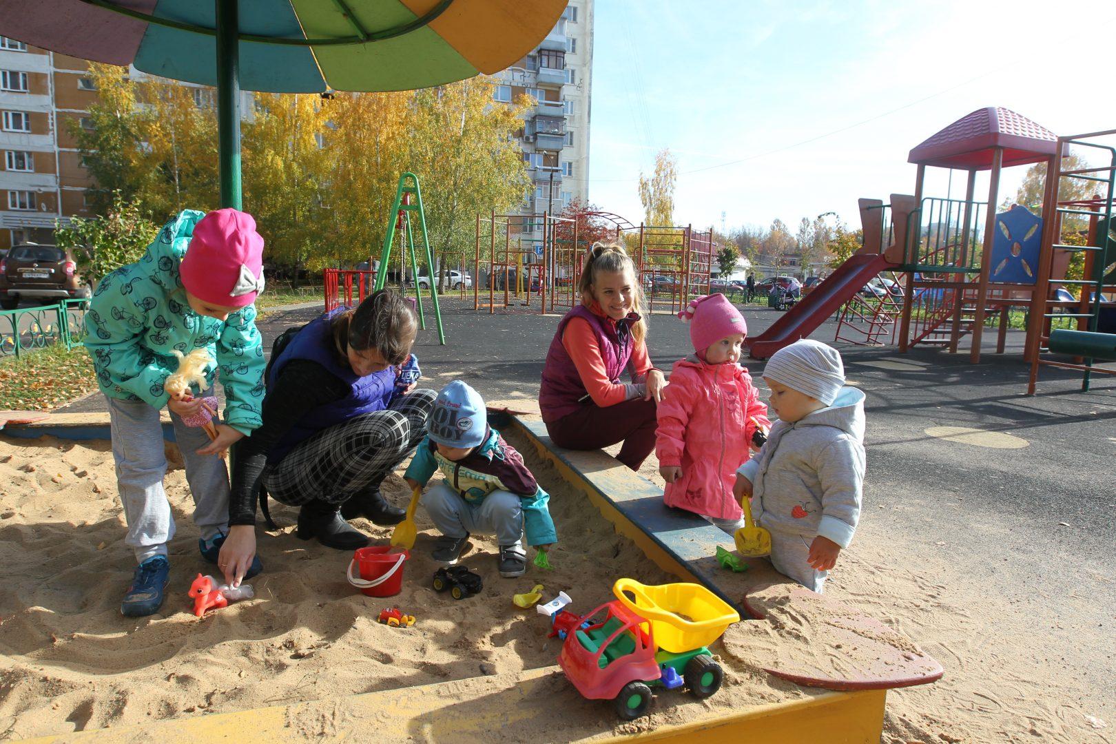 16 октября 2018 года. Десеновское. В песочнице на детской площадке на улице Дмитрия Рябинкина заменили песок. Теперь играть малышам не только весело, но и безопасно. Фото: Владимир Смоляков
