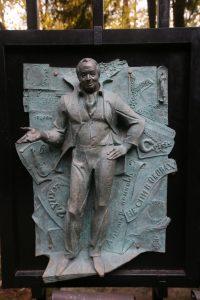 Двор музея Зураба Церетели полон скульптур. Это Андрей Вознесенский. Фото: Владимир Смоляков