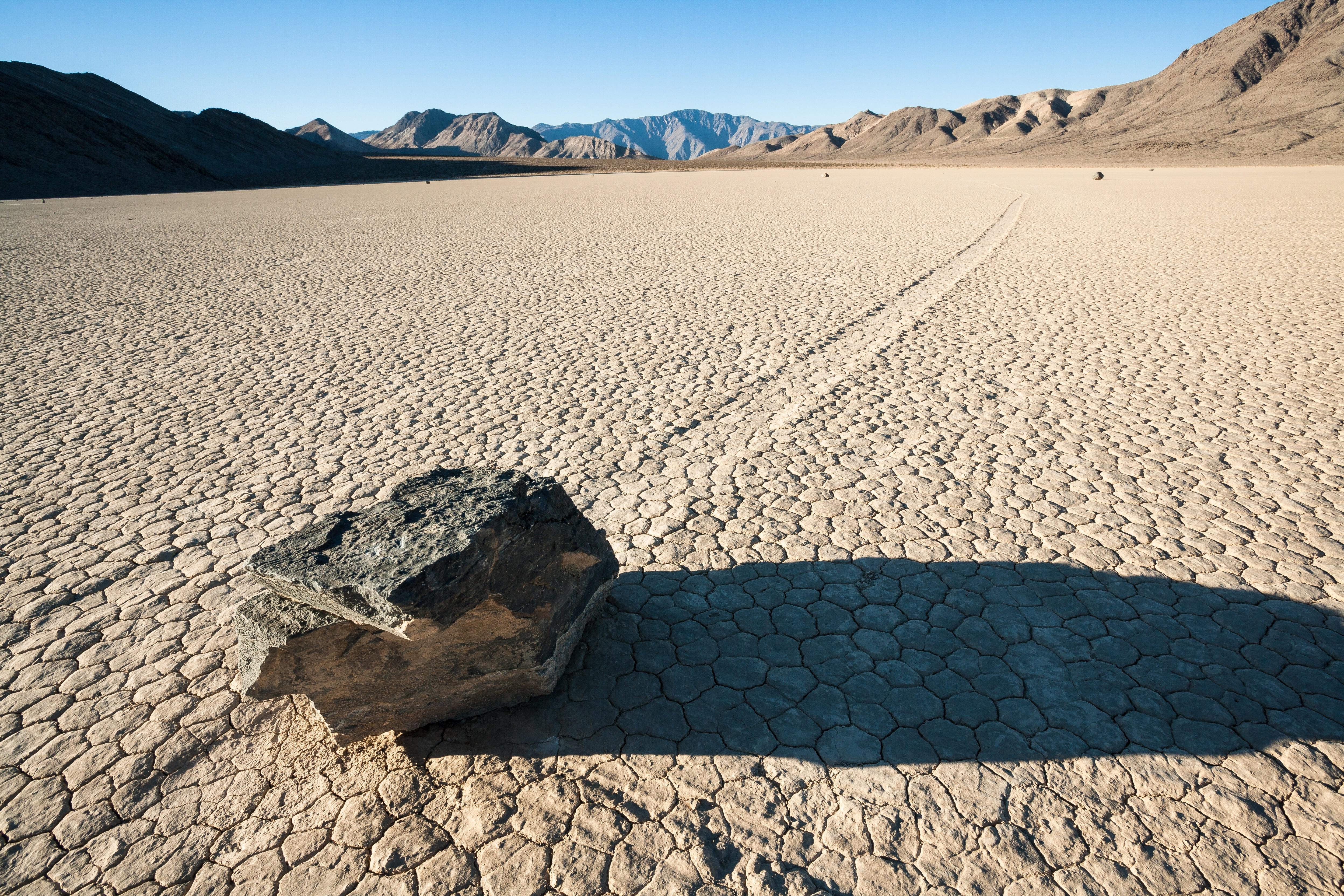 Знаменитая на весь мир американская Долина смерти, которая вся испещрена следами от камней. Фото: shutterstock