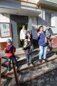 Первомайское. Жители дома в поселке Птичное на отремонтированной лестнице. Фото: Владимир Смоляков