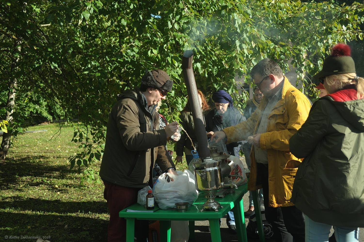 Традиционное чаепитие с шарлоткой. Фото: Алексей Захаринский