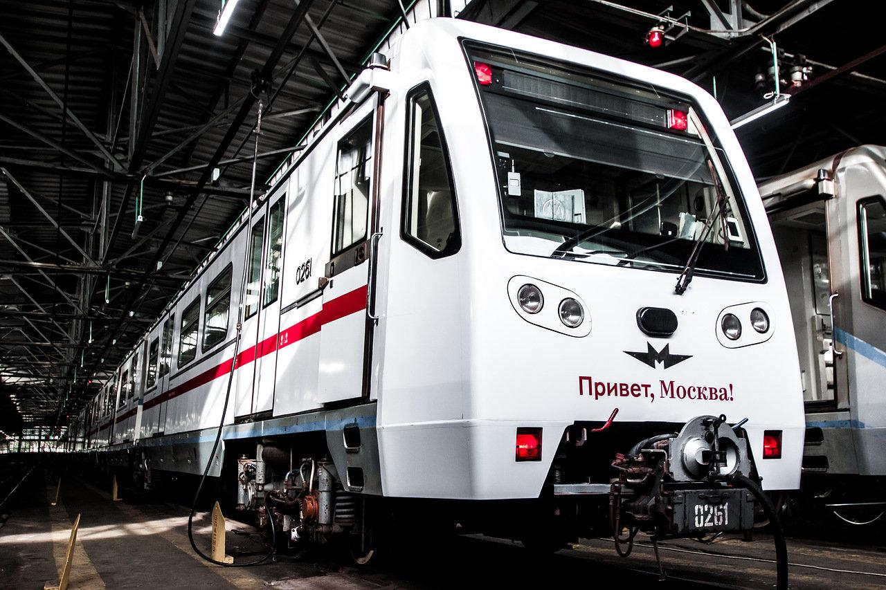 Столичное метро запустило поезд-гид «Привет, Москва!»