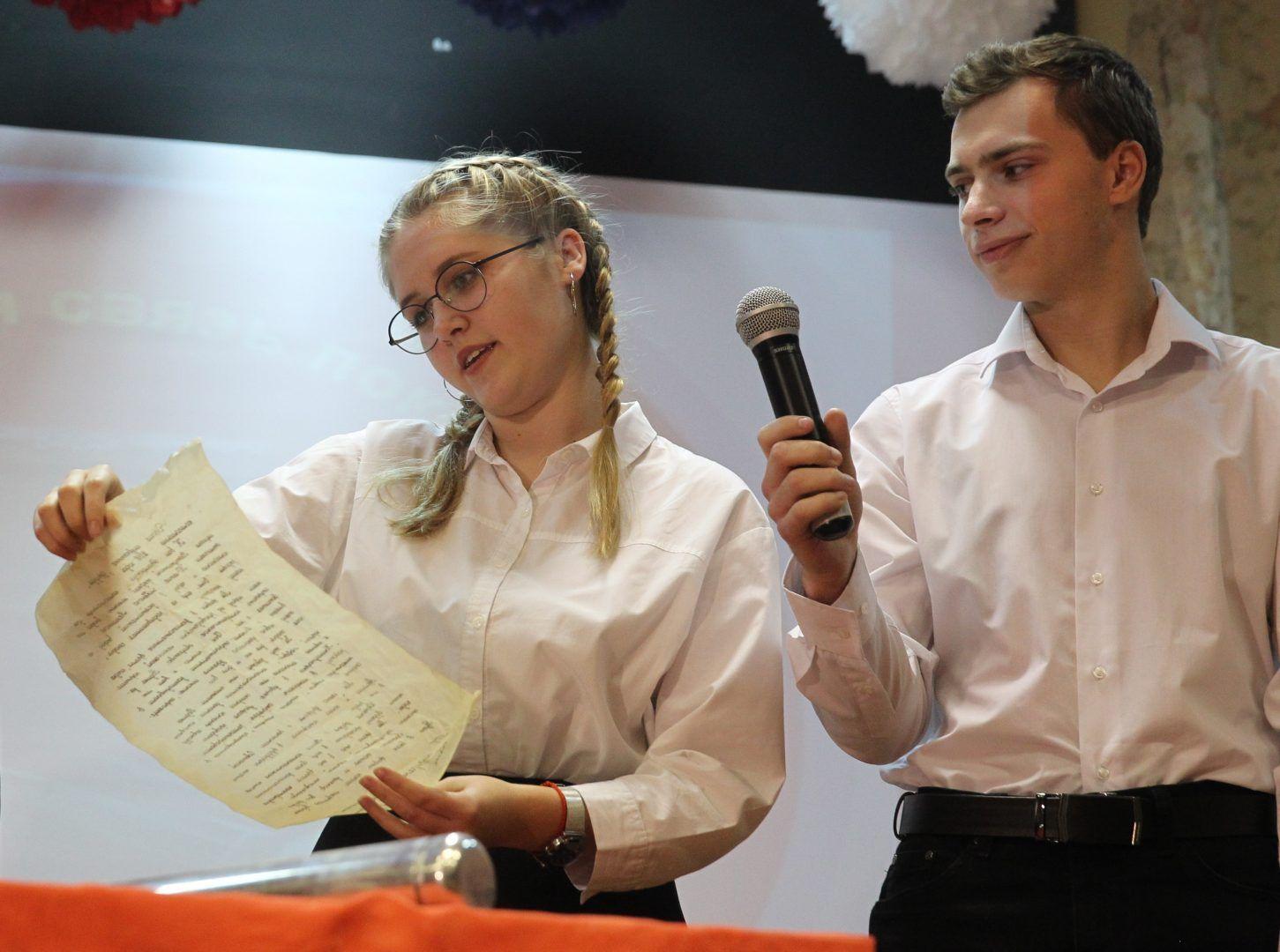 29 октября 2018 года. Ватутинки. Милена пашкова и Игорь Пиденко зачитывают послание из 1968 года. Фото: Владимир Смоляков