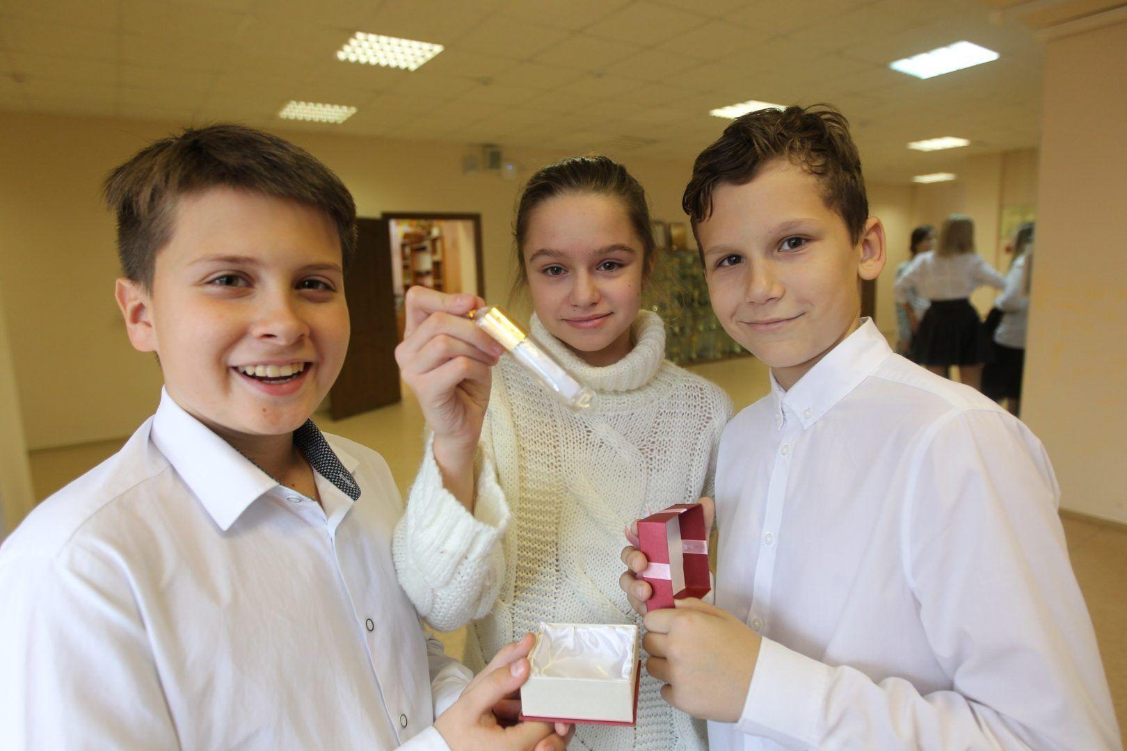 Ученики младших классов школы №1392 тоже хотели бы принять участие в церемонии закладки капсулы. Фото: Владимир Смоляков