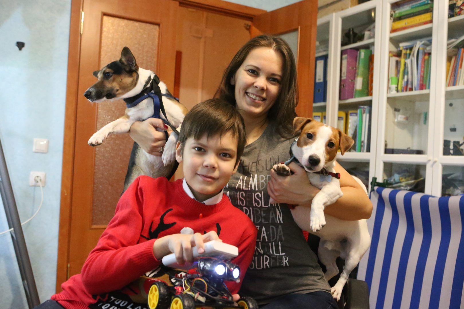 21 ноября 2018 года. Сосенское. Эдвард со своим роботом, мамой и собаками