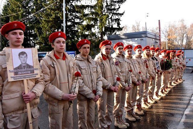 Десятки свечей зажгли сотрудники полиции Новой Москвы в память о павших героях органов внутренних дел