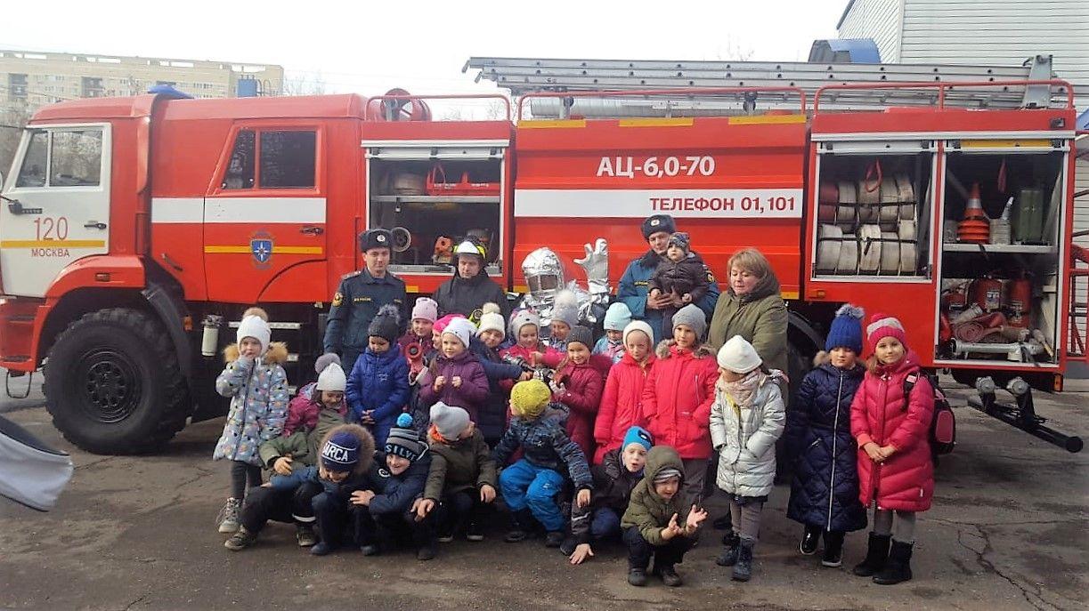 Первоклашки впервые в гостях у пожарных