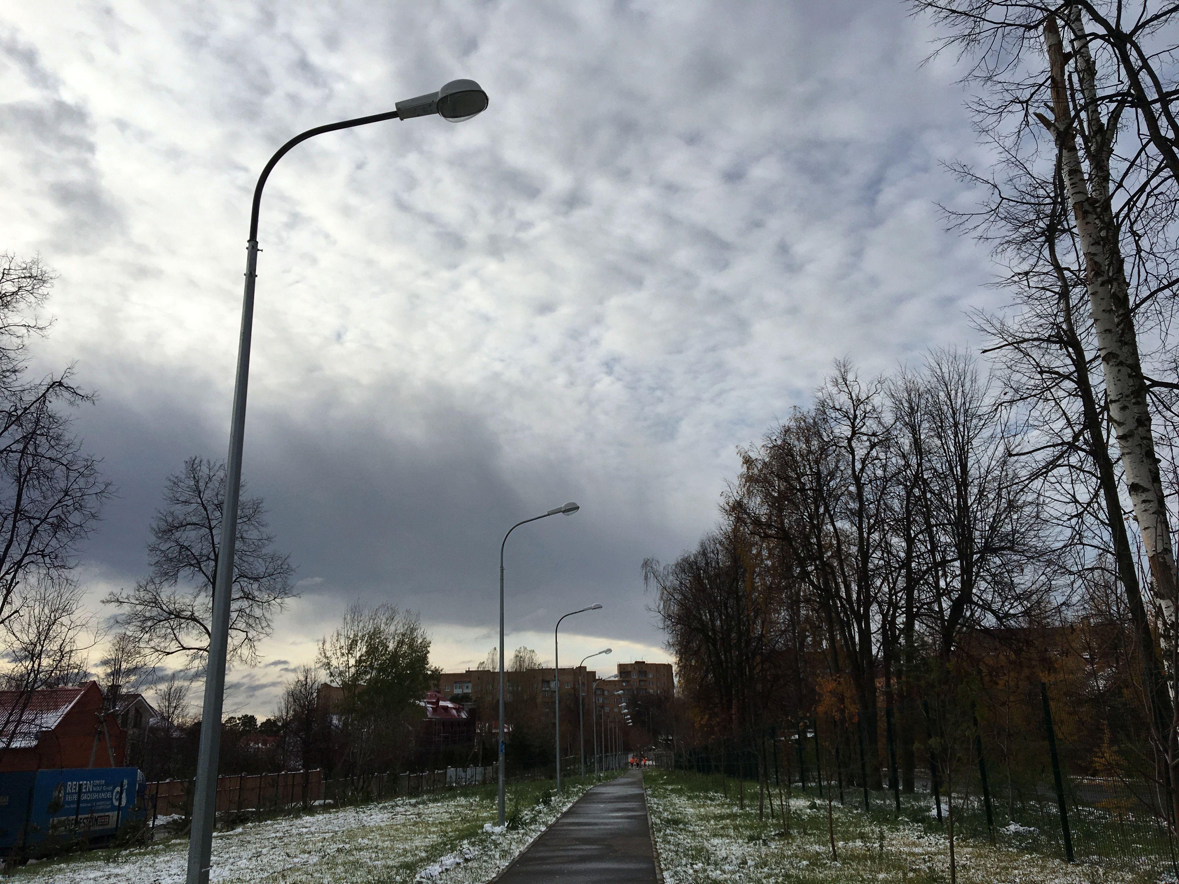Новые железные опоры и светильники появились в Михайлово-Ярцевском. Фото: Анна Быкова