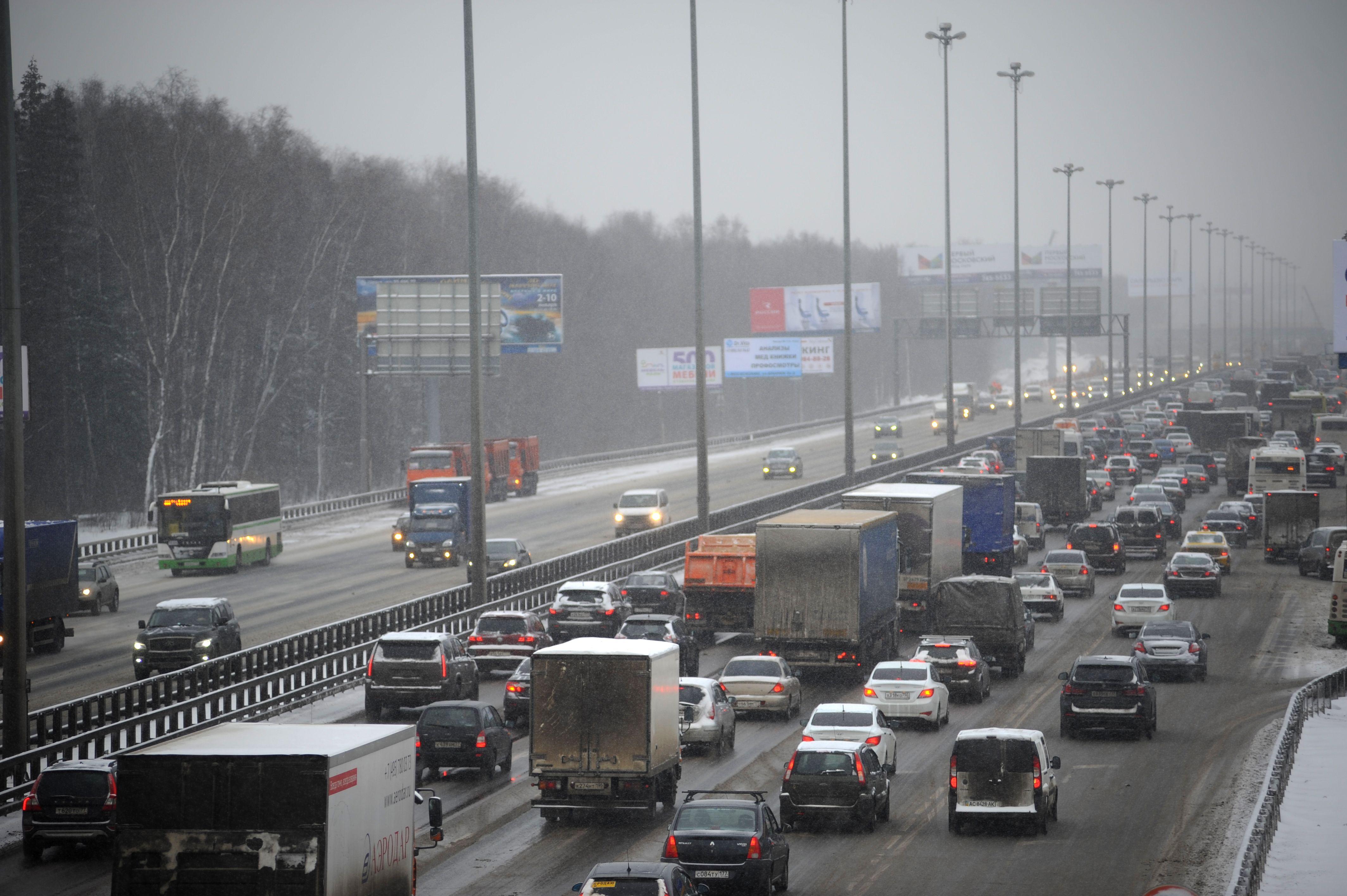 ЦОДД предупредил московских водителей об опасном снегопаде