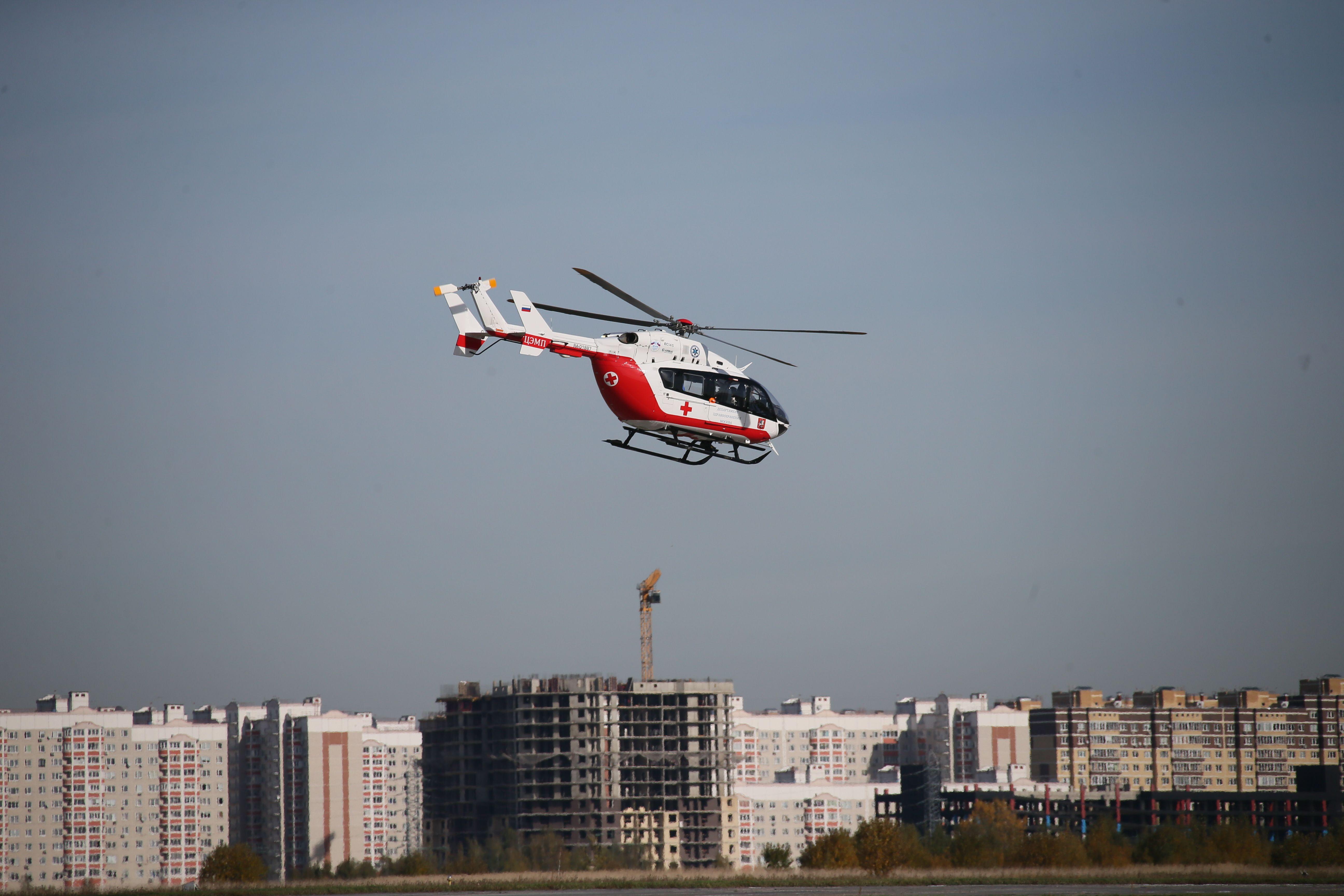 После жесткого ДТП с участием маршрутки и мусоровоза госпитализировали десять москвичей