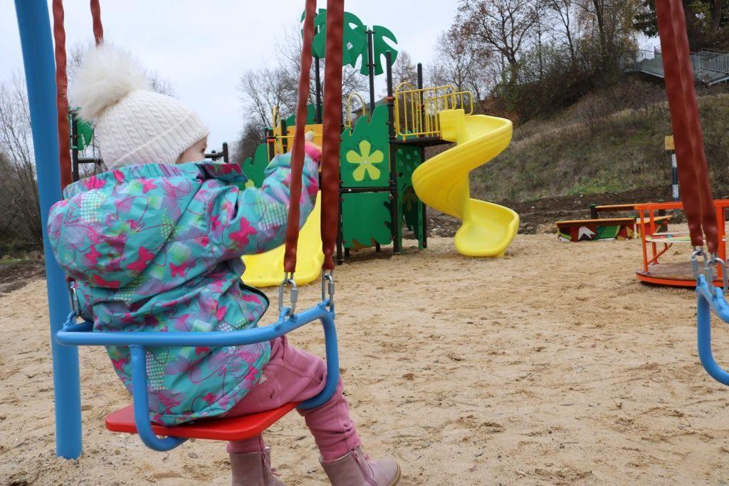 Городки и качели: детскую площадку обустроили на берегу реки Десна