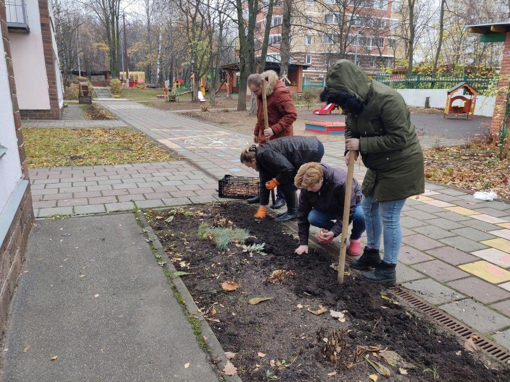 Активисты из Мосрентгена украсили детский сад тюльпанами. Фото: из личного архива куратора Молодежной палаты Мосрентгена Ангелины Малковой