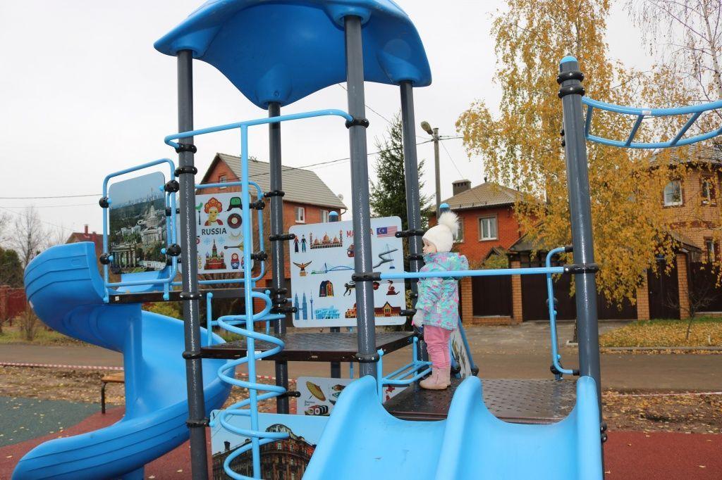 Новую детскую площадку обустроили в деревне Старосырово. Фото: администрация поселения Рязановское