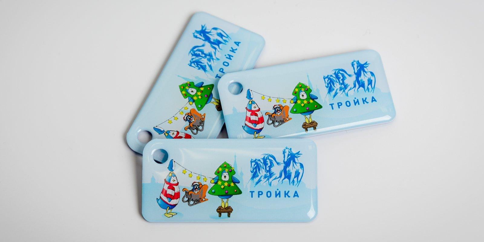 Власти Москвы украсили новогодние брелоки «Тройка» пингвинами