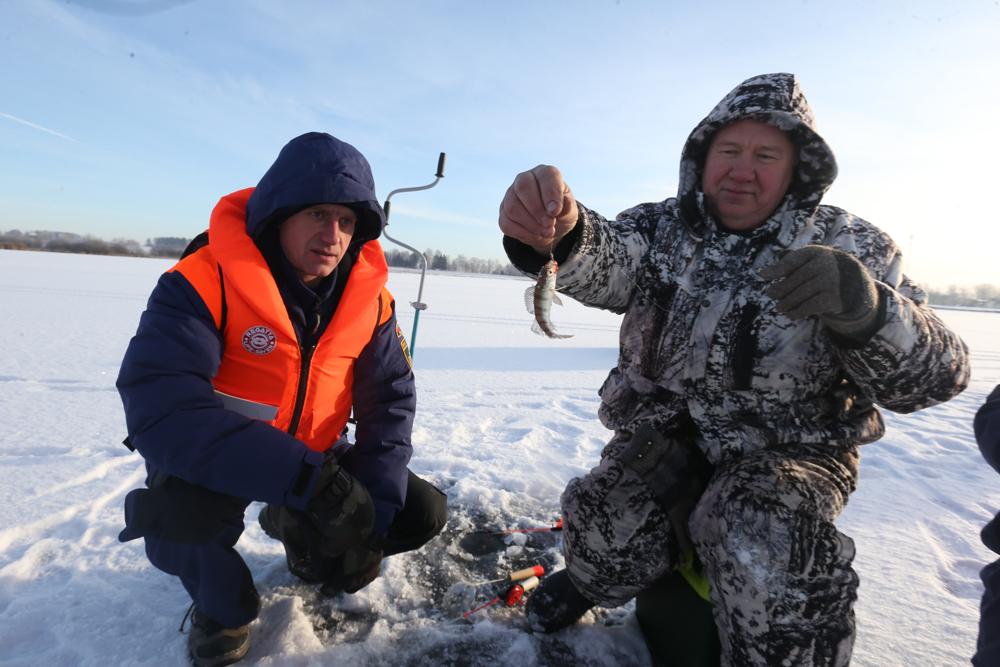 Рыболовы ищут клева