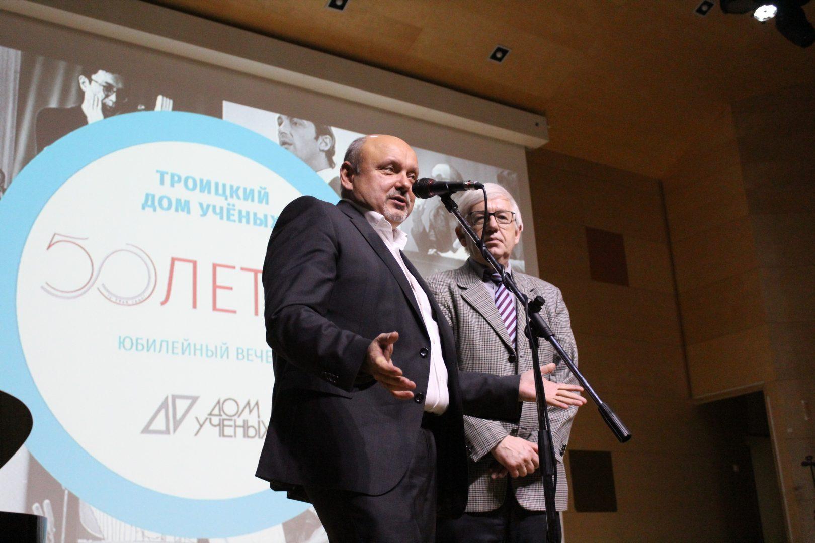 Владимир Дудочкин поздравляет юбиляра. Фото: Алена Антонова