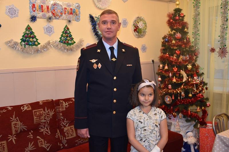Полицейские УВД по ТиНАО совместно с представителями Общественного советапоздравили с Новым годом воспитанников детского дома