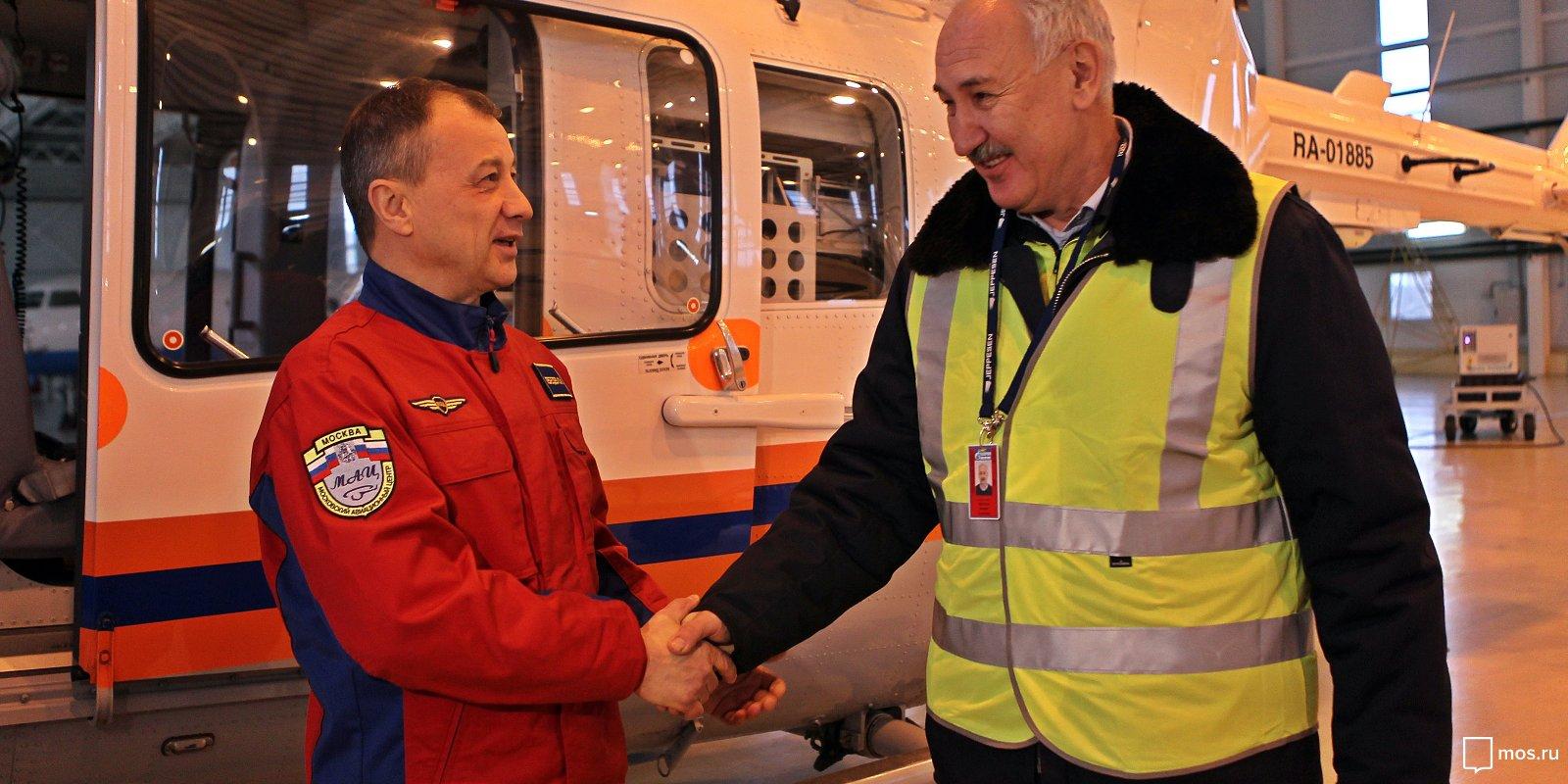 Лучшего летчика-спасателя Москвы поблагодарил бывший пациент «воздушной реанимации»