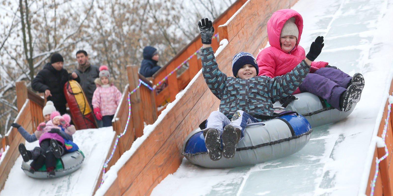 Парки Москвы открыли бесплатные зимние горки