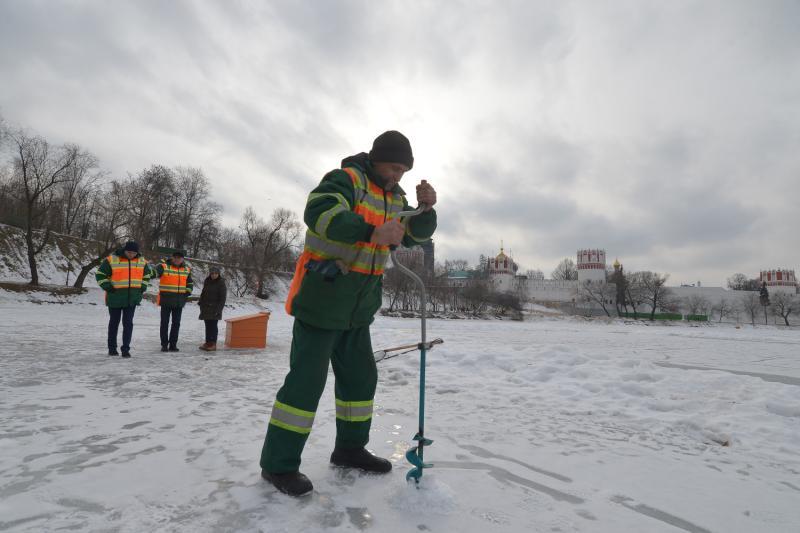 Толщина льда на водоемах Новой Москвы составила 30 сантиметров