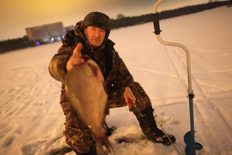 Прочный лед в специальных местах для зимней рыбалки сформировался в Новой Москве
