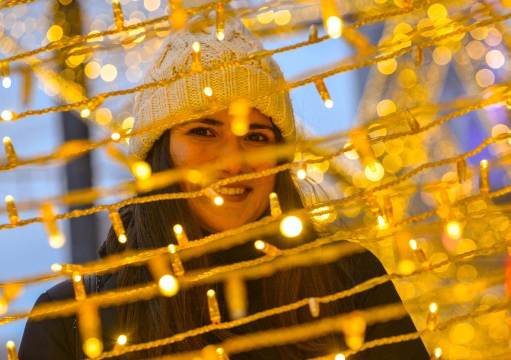 Световые конструкции к Новому году установили в Сосенском
