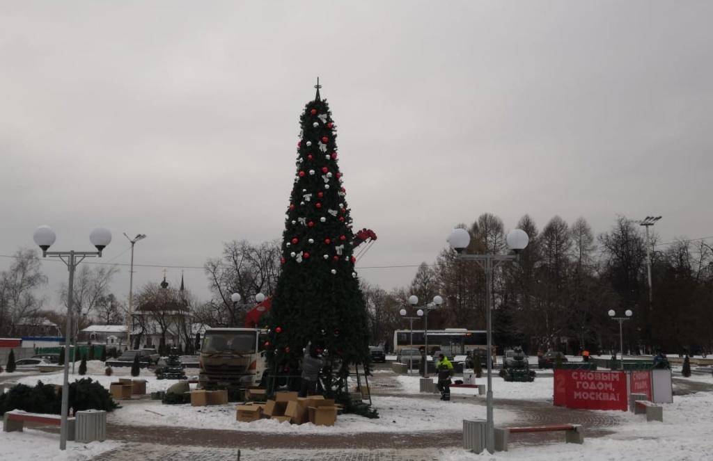 Новогодние украшения: искусственные ели установили в поселении Щаповское