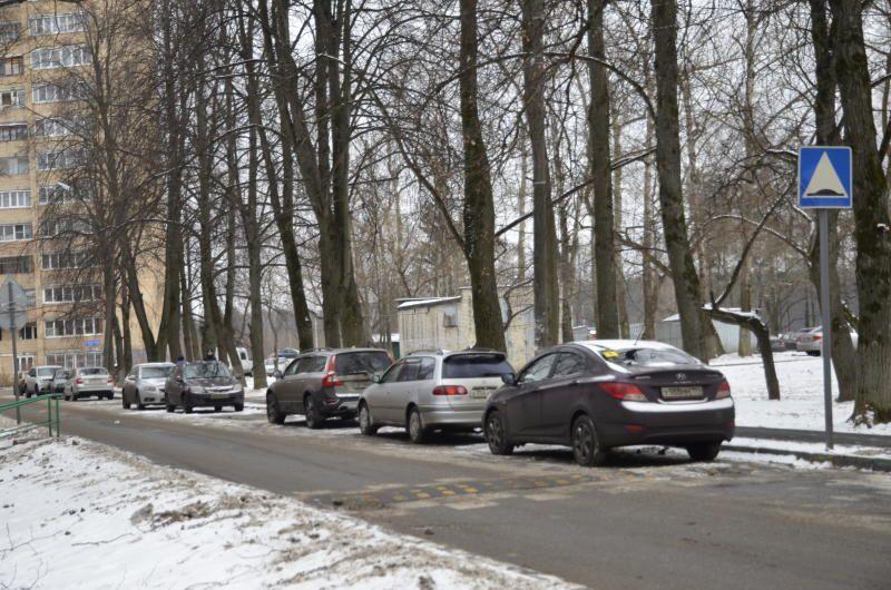 Парковочные места очистили от снега в Киевском
