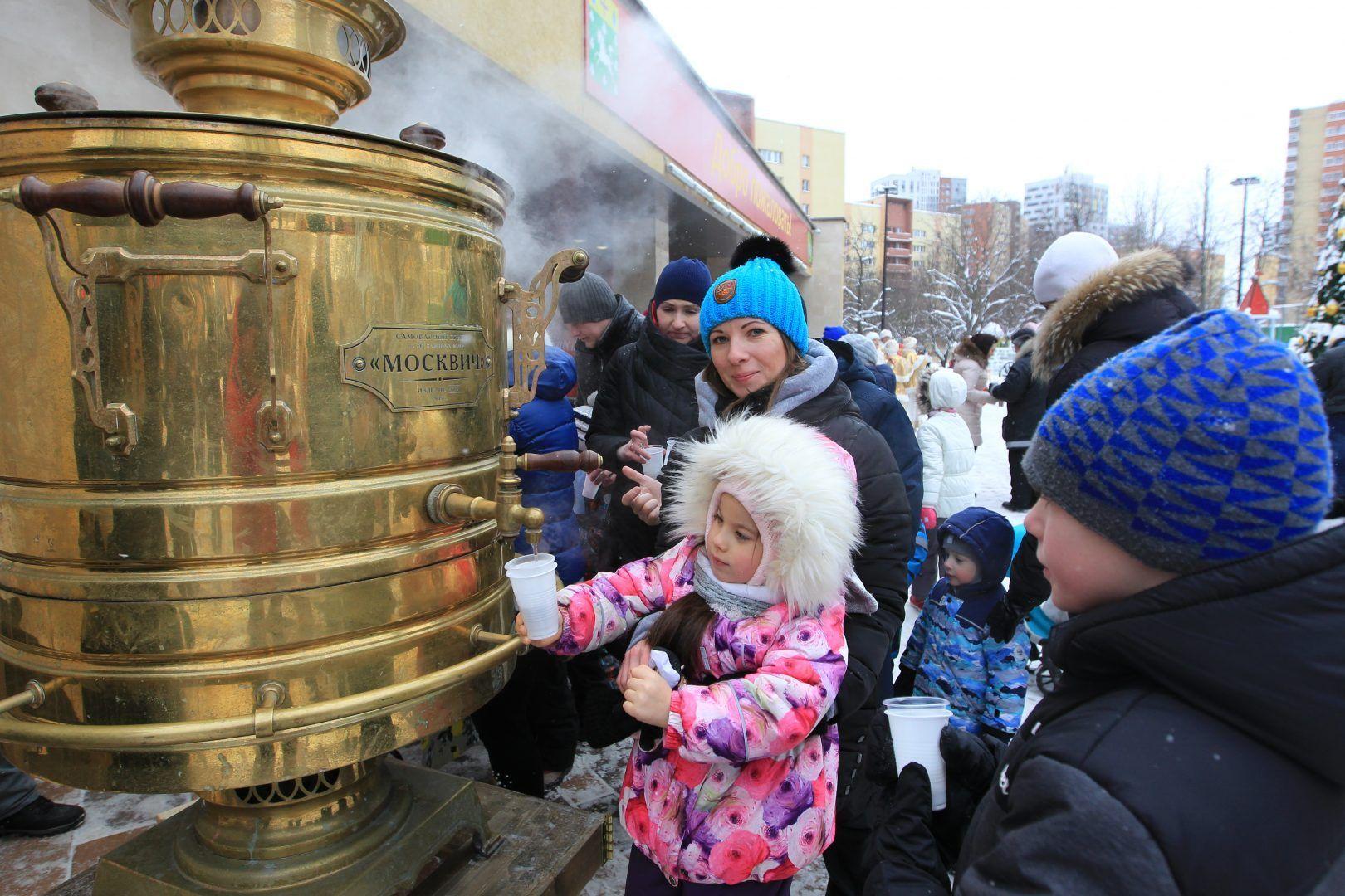5 января 2019 года. Сосенское. Наталья Камурова с дочерью Анастасией с удовольствием угощаются ароматным чаем. На морозе — это очень хорошо. Фото: Владимир Смоляков