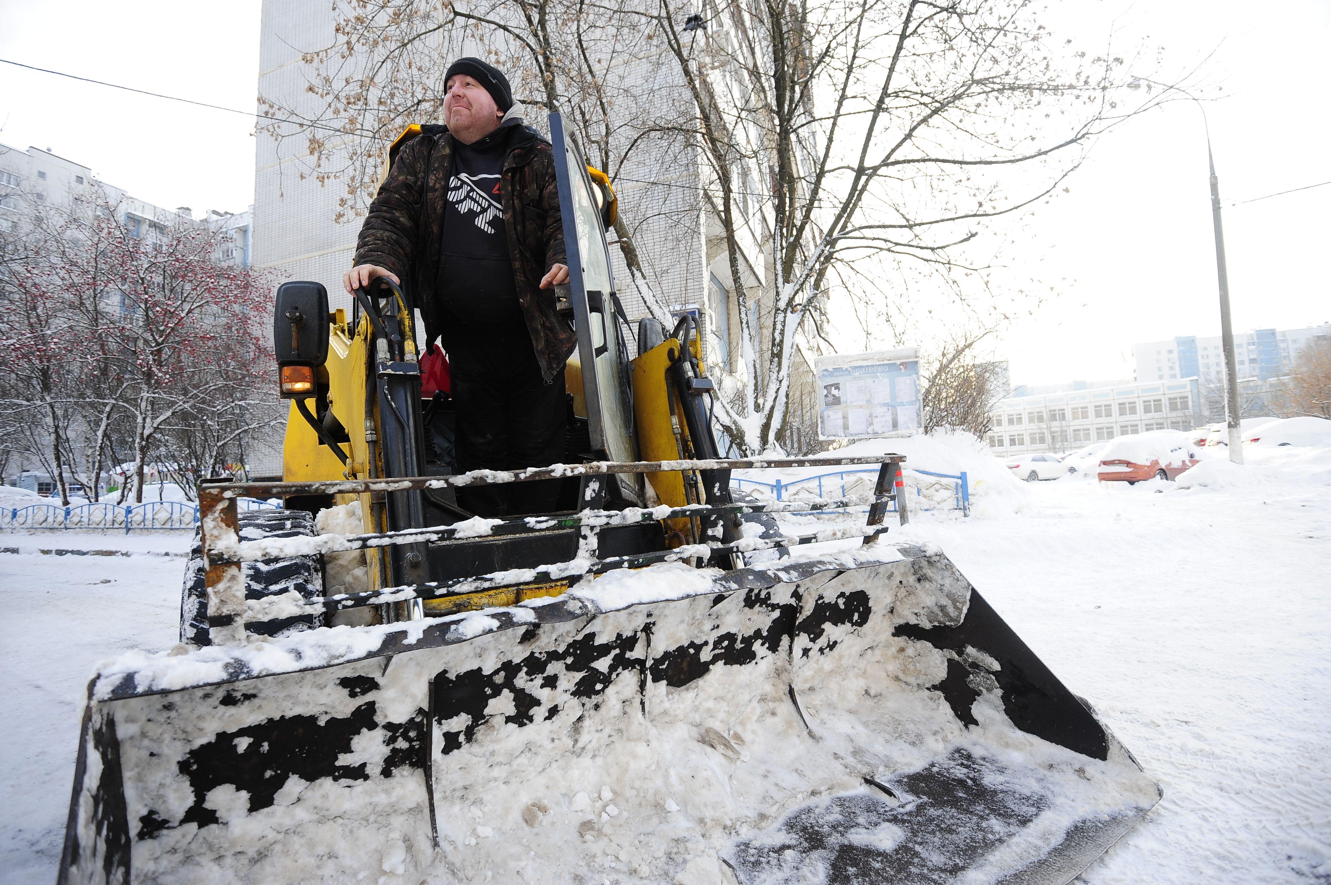 Москва выведет девять тысяч единиц техники против снегопадов на выходных