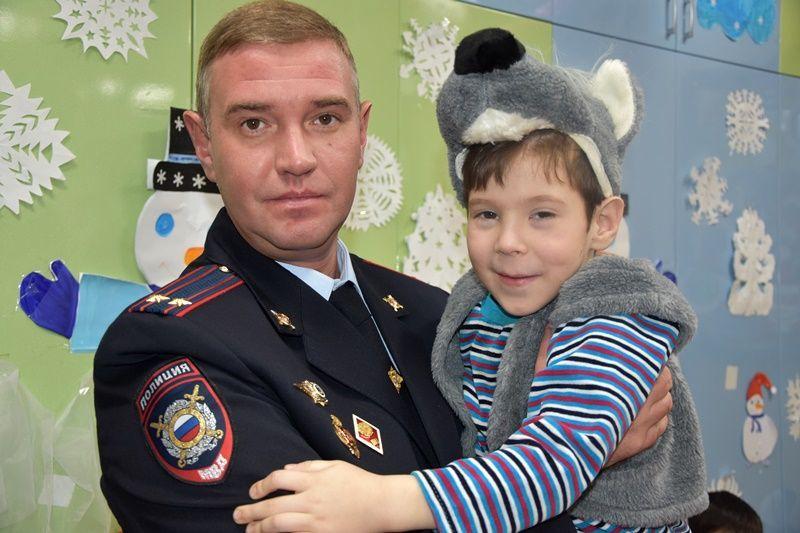 Полицейский Дед Мороз приехал в гости к ребятам из подшефного детского дома-интерната «Солнышко»