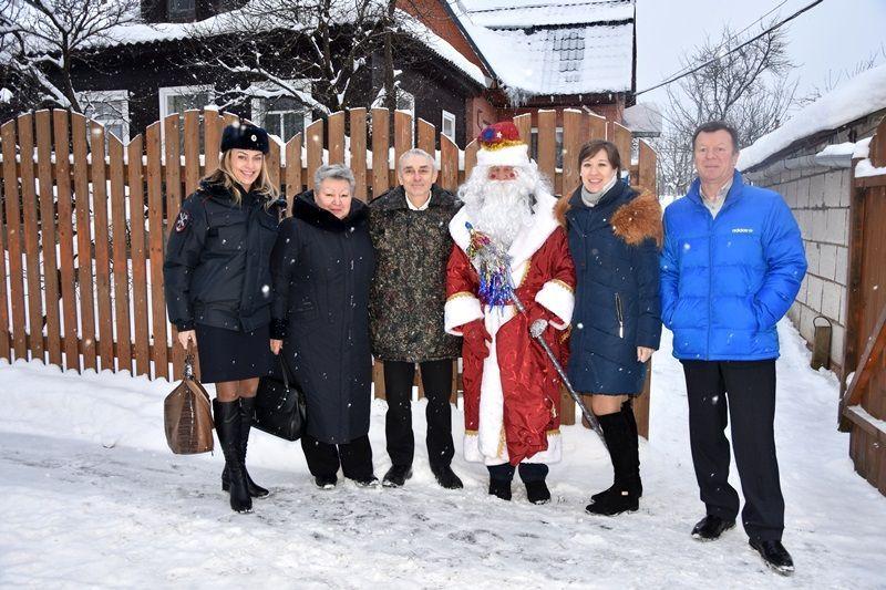 В рамках Всероссийской акции «Полицейский Дед Мороз» сотрудники УВД по ТиНАО поздравили с предстоящим праздником ветеранов службы