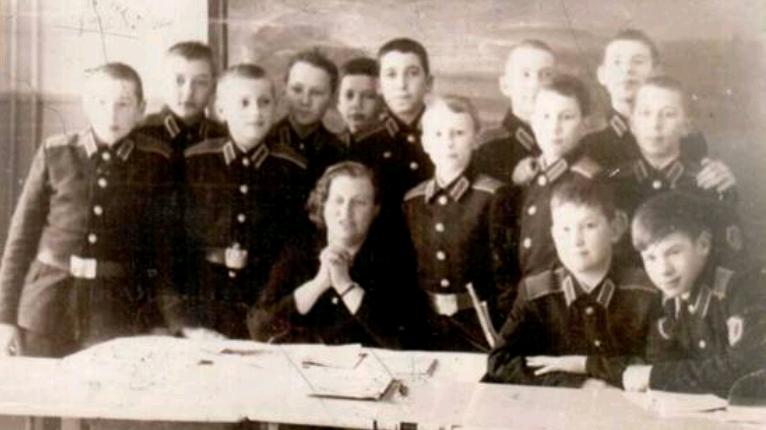 Людмила Дикунова и ее ученики-суворовцы. Фото из автобиографической книги «Моя жизнь»