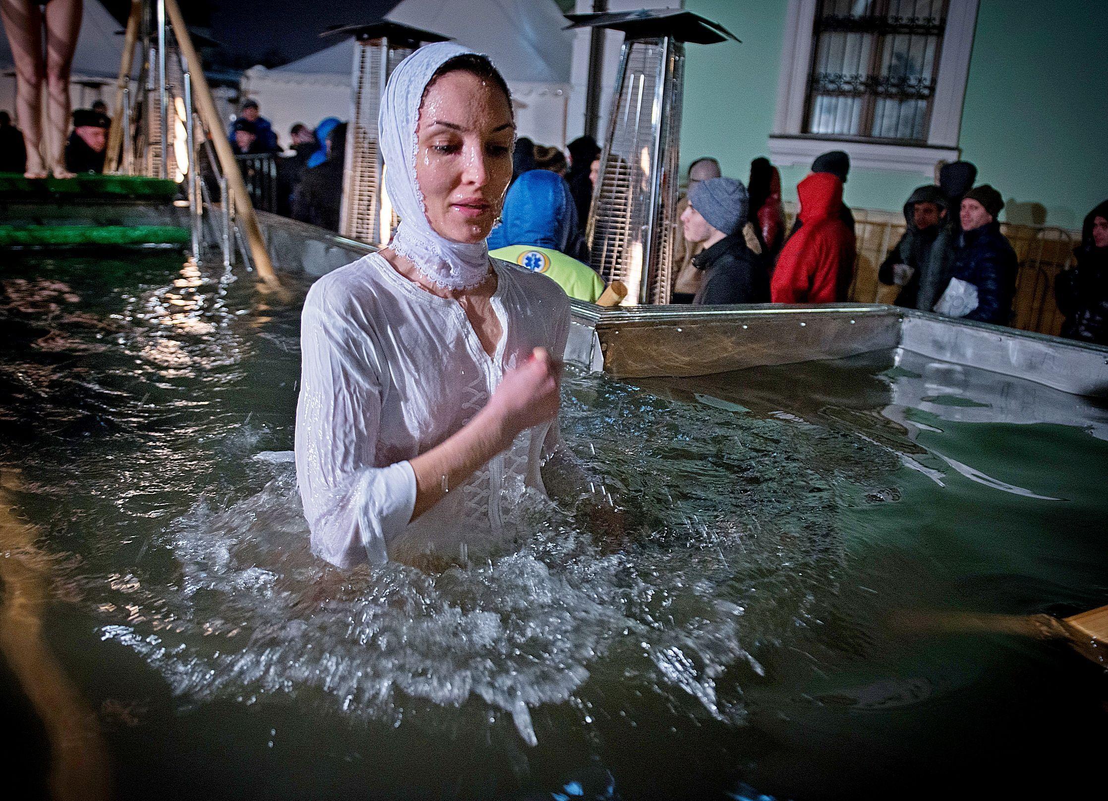 Тысячи москвичей приняли участие в крещенских купаниях