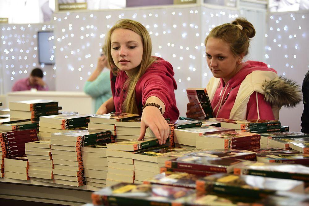 На прилавках книжных магазинов москвичи найдут большое количество современных бестселлеров, которые достойны прочтения. Фото: Антон Гердо, «Вечерняя Москва»