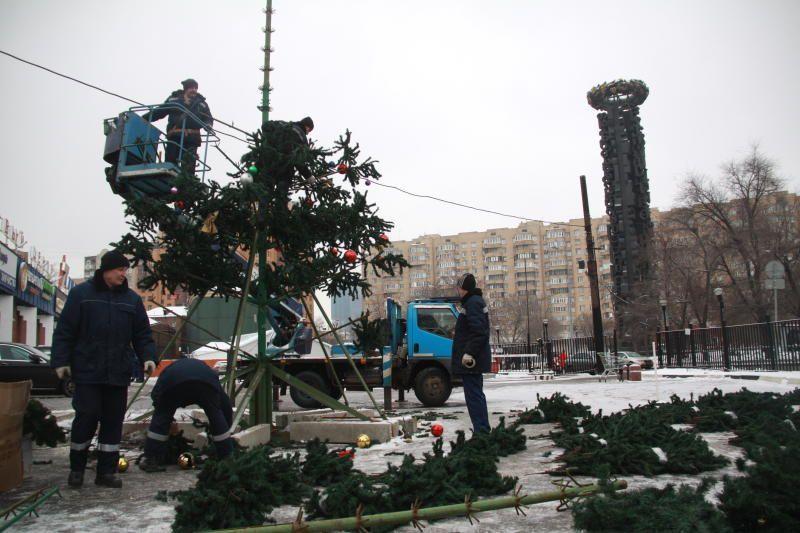 В Москве начали демонтировать новогодние конструкции