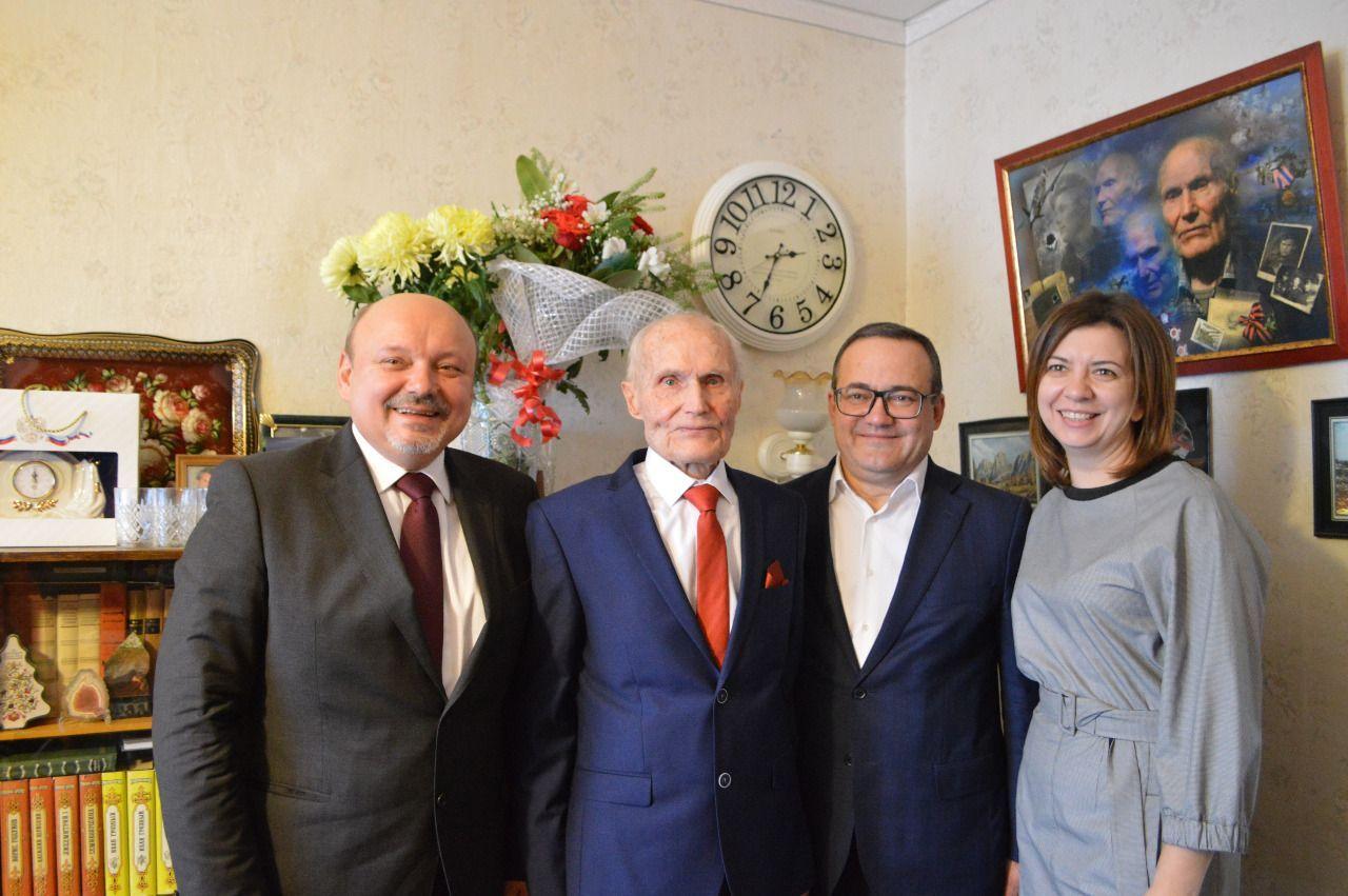 Ветерана из Троицка поздравил префект Новой Москвы. Фото: пресс-служба администрации городского округа Троицк