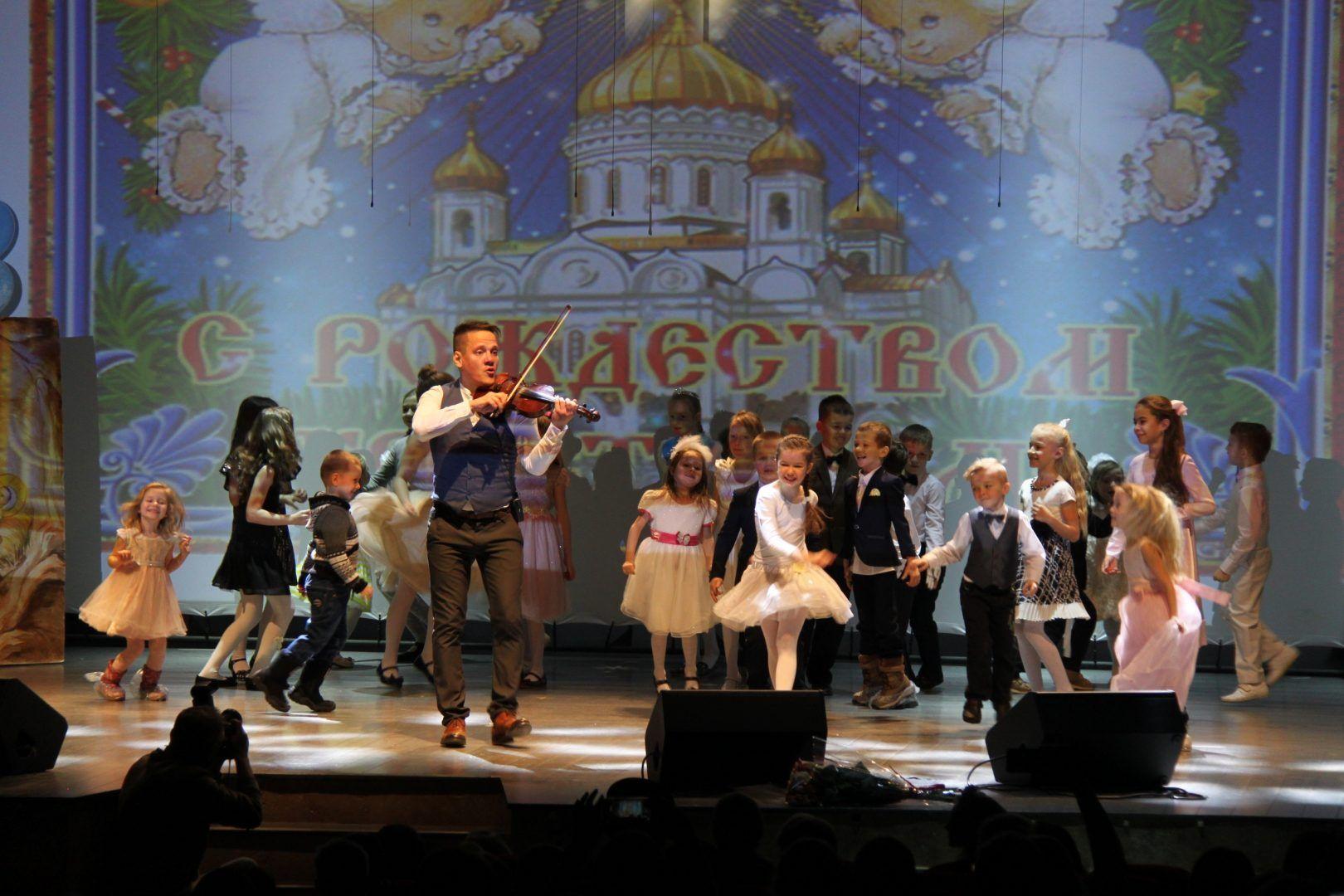 Скрипач Степан Мезенцев поздравил ребят. Фото: страница Дк в социальных сетях