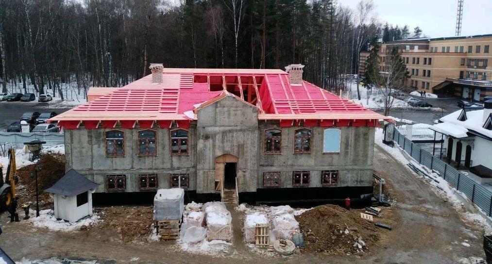 Строительство в Троицком храме: рабочие приступили к созданию кровли церковного дома