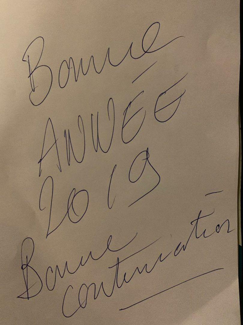 Французский актер оставил автограф для газеты «Новые округа», написав «С Новым годом 2019. Хорошего продолжения»