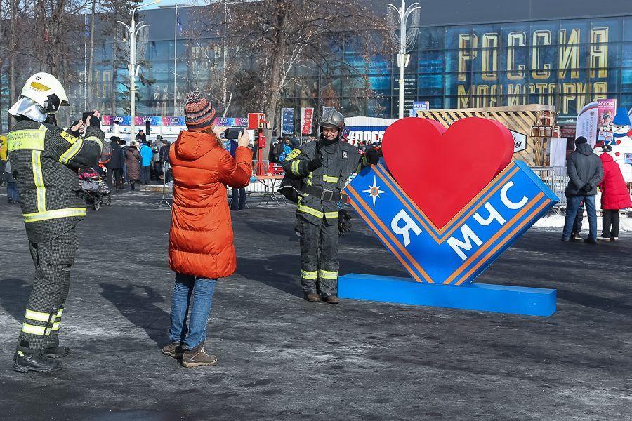 Свыше 1,3 тысяч пожарных и спасателей посетили флешмоб «Растопим лед вместе!» на ВДНХ