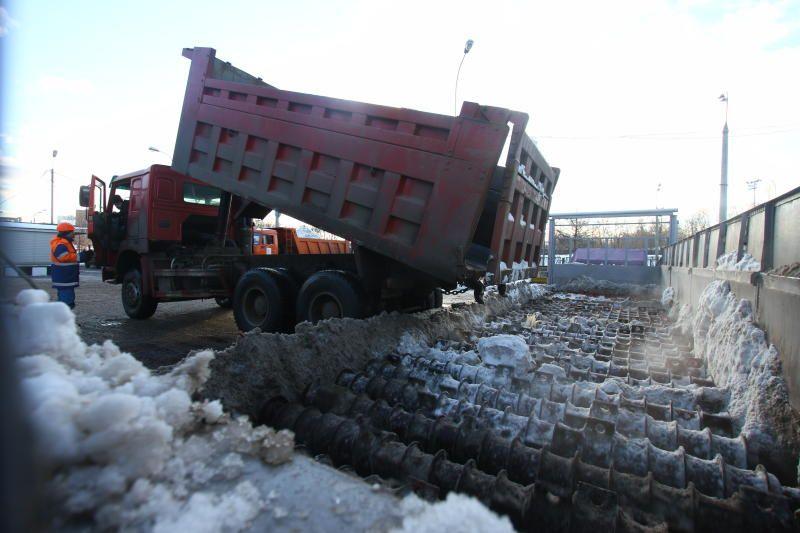 Коммунальные службы Москвы вывезли 450 кубометров снега за сутки