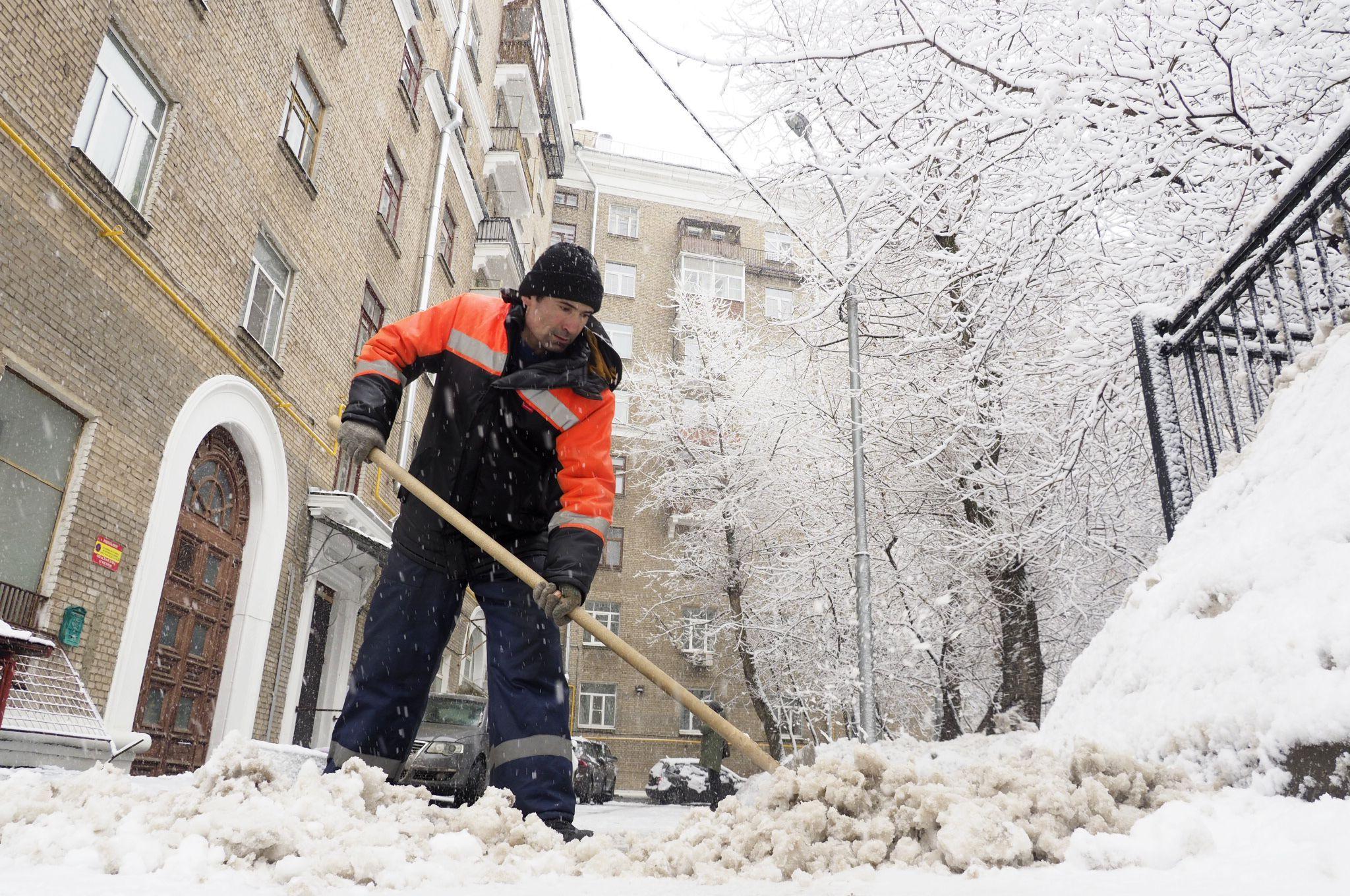 Более 12 тысяч работников задействовали для уборки снега