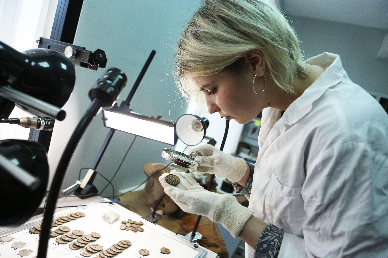 Окислившиеся монеты пройдут реставрацию. Фото: Алексей Орлов, «Вечерняя Москва»