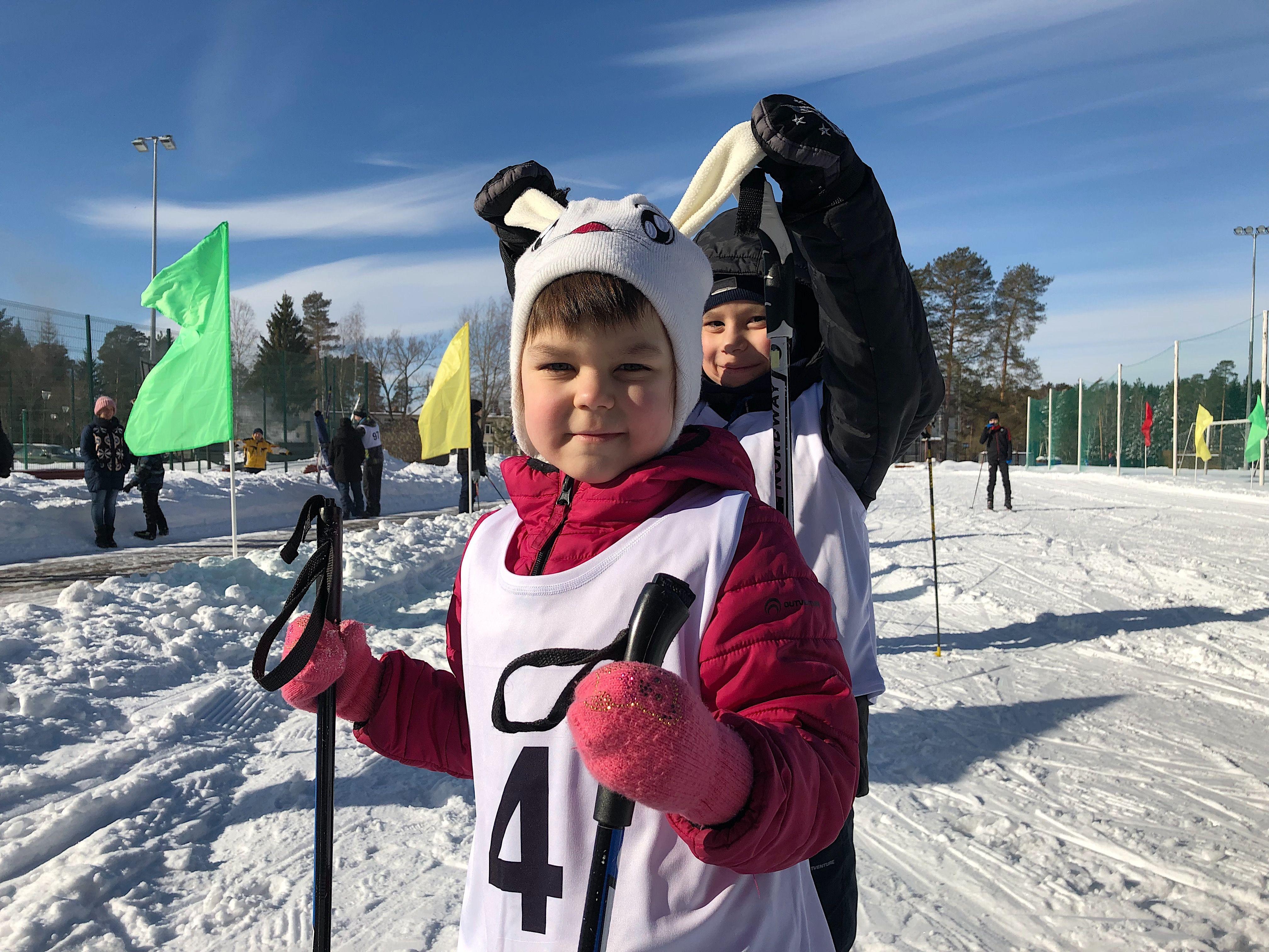 Виктория и Григорий Тищенко готовятся к лыжне. Фото: Анастасия Аброськина