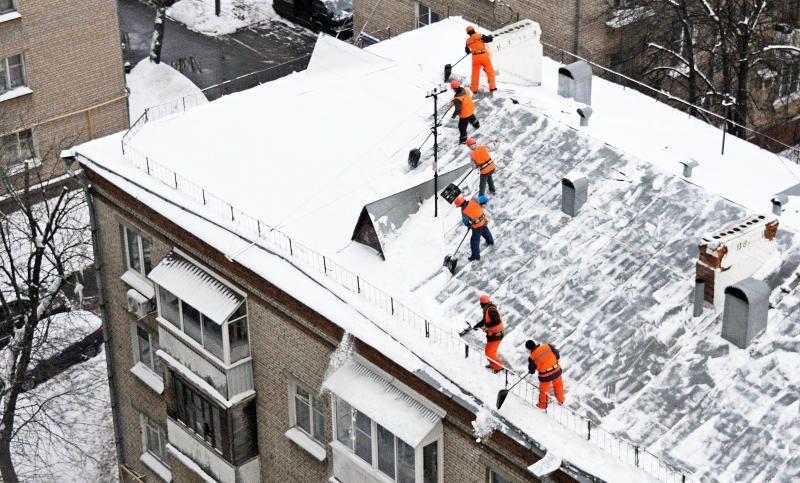 Жителей Москвы призвали убирать снег с балконов