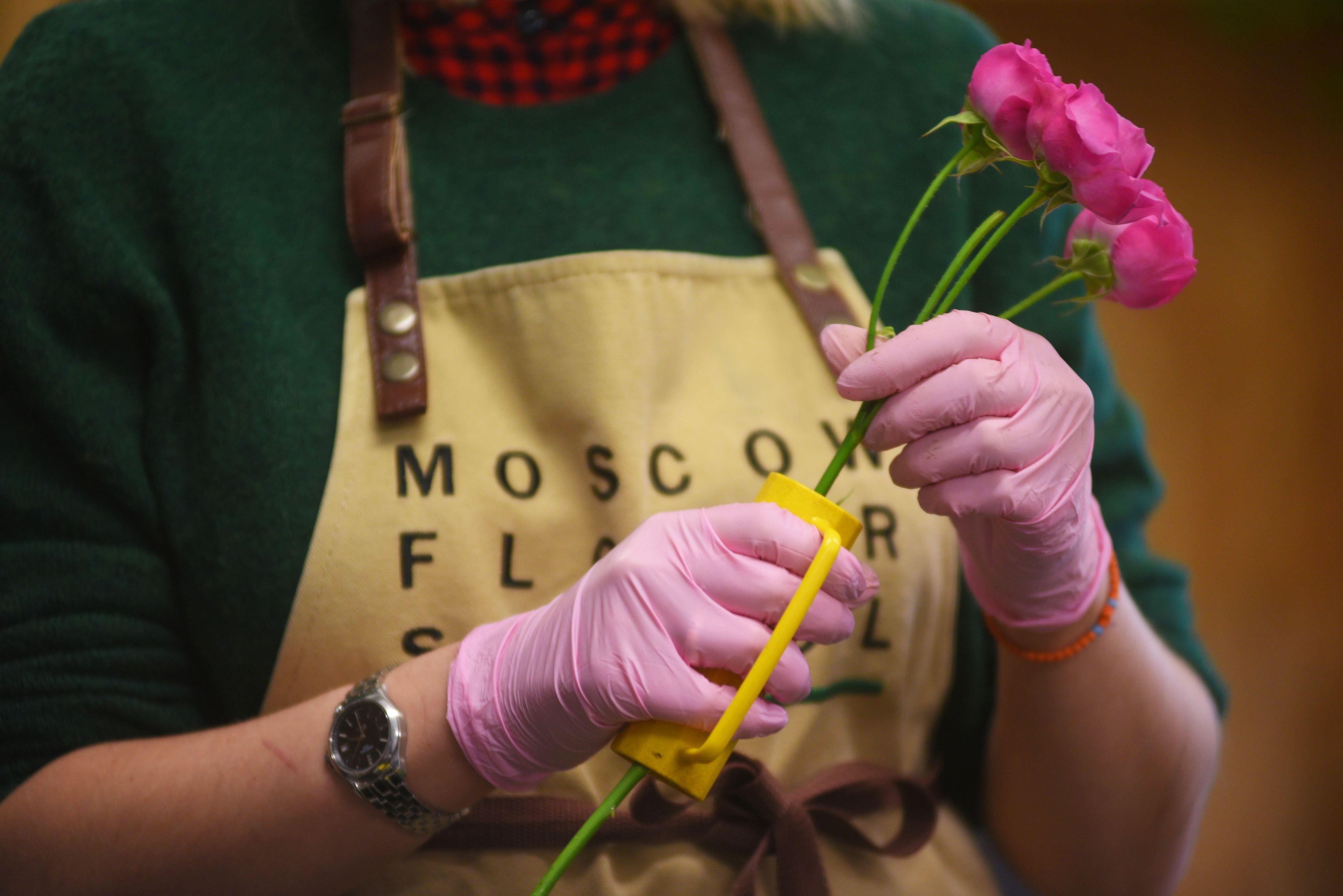 Специалисты высадят различные цветы в Киевском